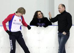 Фигурист Константин Меньшов, хореограф Ольга Глинка и тренер Евгений Рукавицын (слева направо)