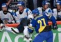 Игрок сборной Финляндии Туукка Мянтюля и игрок сборной Швеции Джимми Эрикссон (слева направо на первом плане)