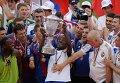 Нападающий ЦСКА Сейду Думбия (в центре) поднимает  Кубок России по футболу сезона 2012/2013
