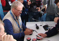 Легендарные хоккеисты подписали журналистам шайбы на автограф-сессии в Сочи