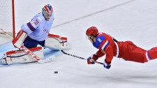 Нападающий сборной России Александр Овечкин (справа) атакует ворота голкипера норвежцев Ларса Хеугена