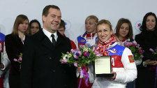 Председатель правительства России Дмитрий Медведев и двукратная олимпийская чемпионка в фигурном катании Татьяна Волосожар