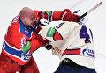 Нападающий ЦСКА Ян Муршак (слева) и нападающий СКА Евгений Кетов