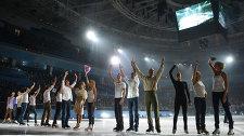"""Участники гала-концерта по фигурному катанию """"Мы - Чемпионы!"""" в Сочи в поддержку Паралимпийского движения приветствуют зрителей"""