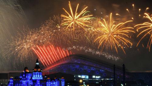 """Салют над стадионом """"Фишт"""" во время церемонии закрытия XI зимних Паралимпийских игр в Сочи"""