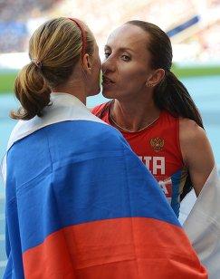 Российские спортсменки Екатерина Поистогова и Мария Савинова (слева направо) в финальном забеге на 800 м среди женщин на чемпионате мира по легкой атлетике в Москве.