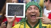"""Болельщики сборной Бразилии держит табличку с надписью """"До свидания, Испания"""""""