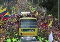 Тысячи фанатов с флагами ликовали, приветствуя сборную Колумбии по футболу