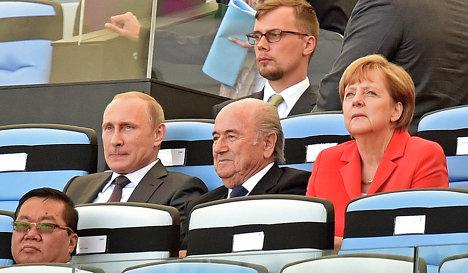 Меркель не стала комментировать призыв Порошенко отменить ЧМ в России