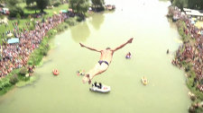 Спортсмены прыгали с моста высотой 22 метра под аплодисменты зрителей