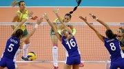 Игровой момент волейбольного матча сборных Бразилии и России