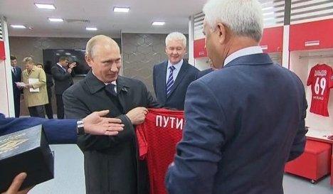 """Путину показали новый стадион """"Спартака"""" и подарили именную футболку"""