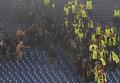 """Болельщики ЦСКА дерутся с полицией и стюардами на гостевом секторе во время матча Лиги чемпионов с """"Ромой"""""""
