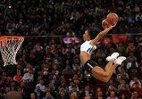 """Участница группы поддержки на предсезонном матче команд НБА """"Сакраменто Кингз"""" и """"Бруклин Нетс"""" в Пекине"""