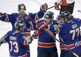 Хоккеисты СКА радуются забитой шайбе.