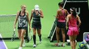 Алла Кудрявцева (слева) и Анастасия Родионова в полуфинальном матче итогового теннисного турнира WTA против Си Сувэй и Пэн Шуай