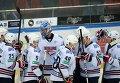 """Хоккеисты """"Металлурга"""" радуются победе."""