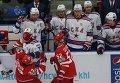 """Хоккеисты """"Витязя"""" Дмитрий Шитиков (слева) и Игорь Головков участвуют в конфликте с хоккеистами СКА."""