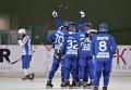 """Хоккеисты """"Динамо"""" (Москва) радуются победному мячу в матче Суперкубка России по хоккею с мячом"""