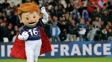 Талисман чемпионата Европы по футболу 2016 года - мальчик в красном плаще и в футболке Франции