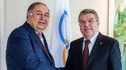 Президент Международной федерации фехтования Алишер Усманов (слева) и президент Международного олимпийского комитета Томас Бах после встречи 19 ноября