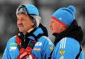 Старший тренер Владимир Королькевич (слева) и тренер Сергей Ефимов на тренировке женской сборной России по биатлону в Тюмени.