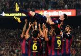 Партнеры по команде поздравляют Лионеля Месси с рекордным, 252-м, голом в чемпионатах Испании.