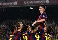 Партнеры по команде поздравляют Лионеля Месси с рекордным, 252-м, голом в чемпионатах Испании