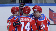 хоккеисты ЦСКА радуются заброшенной шайбе.