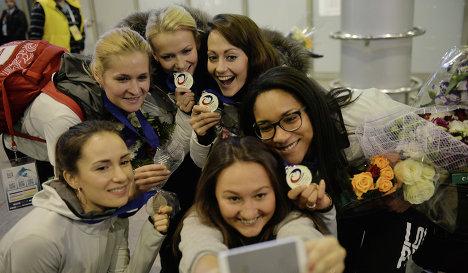 Участницы женской сборной России по керлингу Анна Сидорова, Маргарита Фомина, Александра Саитова, Екатерина Галкина и Нкеирука Езех (слева направо).
