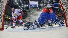 Нападающий сборной России Илья Ковальчук забрасывает шайбу в ворота шведского голкипера