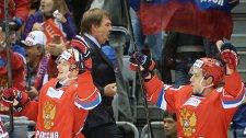 Главный тренер сборной России по хоккею Олег Знарок (второй справа)