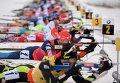 Спортсмены на огневом рубеже гонки с масс-старта в соревнованиях среди мужчин четвертого этапа Кубка мира по биатлону 2014/15 в немецком городе Оберхофе