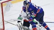 """Вратарь """"Медвешчака"""" Кэлвин Хитер (слева) и форвард СКА Джимми Эрикссон"""