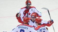 Игроки ПХК ЦСКА радуются забитой шайбе
