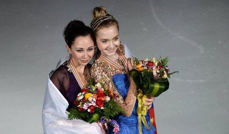 Слева направо: россиянки Елизавета Туктамышева, завоевавшая золотую медаль, и Елена Радионова, завоевавшая бронзовую медаль