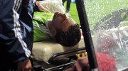 Работники медицинской службы уносят с поля вратаря сборной России Игоря Акинфеева