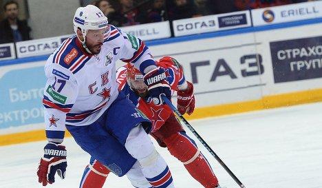 Нападающий СКА Илья Ковальчук (слева) и нападающий ЦСКА Александр Радулов