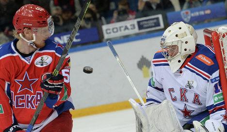 Нападающий ЦСКА Симон Яльмарссон (слева) и вратарь СКА Микко Коскинен