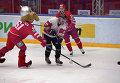 """Игровой момент матча между хоккеистами """"Витязя"""" и командой болельщиков клуба"""