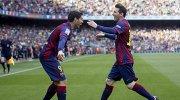 """Футболисты """"Барселоны"""" Лионель Месси и Луис Суарес радуются забитому мячу"""