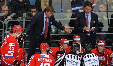 Олег Знарок (второй слева)
