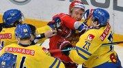 Форвард сборной России Илья Ковальчук (второй справа) и защитник сборной Швеции Оливер Экман-Ларссон (справа)