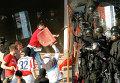 """Болельщики во время столкновения с полицейскими на матче между белградскими """"Црвеной Звездой"""" и """"Партизаном"""""""