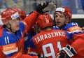 Нападающие сборной России Евгений Малкин, Владимир Тарасенко и Николай Кулёмин (слева направо) радуются заброшенной шайбе