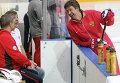 Главный тренер сборной России Олег Знарок (второй слева) и тренер сборной России по хоккею Харийс Витолиньш (справа)