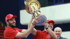 Игроки Александр Радулов и Денис Денисов с кубком победителя регулярного чемпионата КХЛ